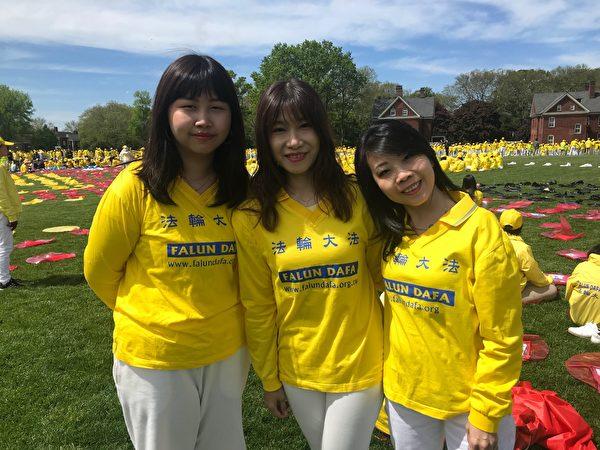 2019年5月18日,崔秀枝(中)等香港法輪功學員在紐約總督島排字活動中。(林丹/大紀元)
