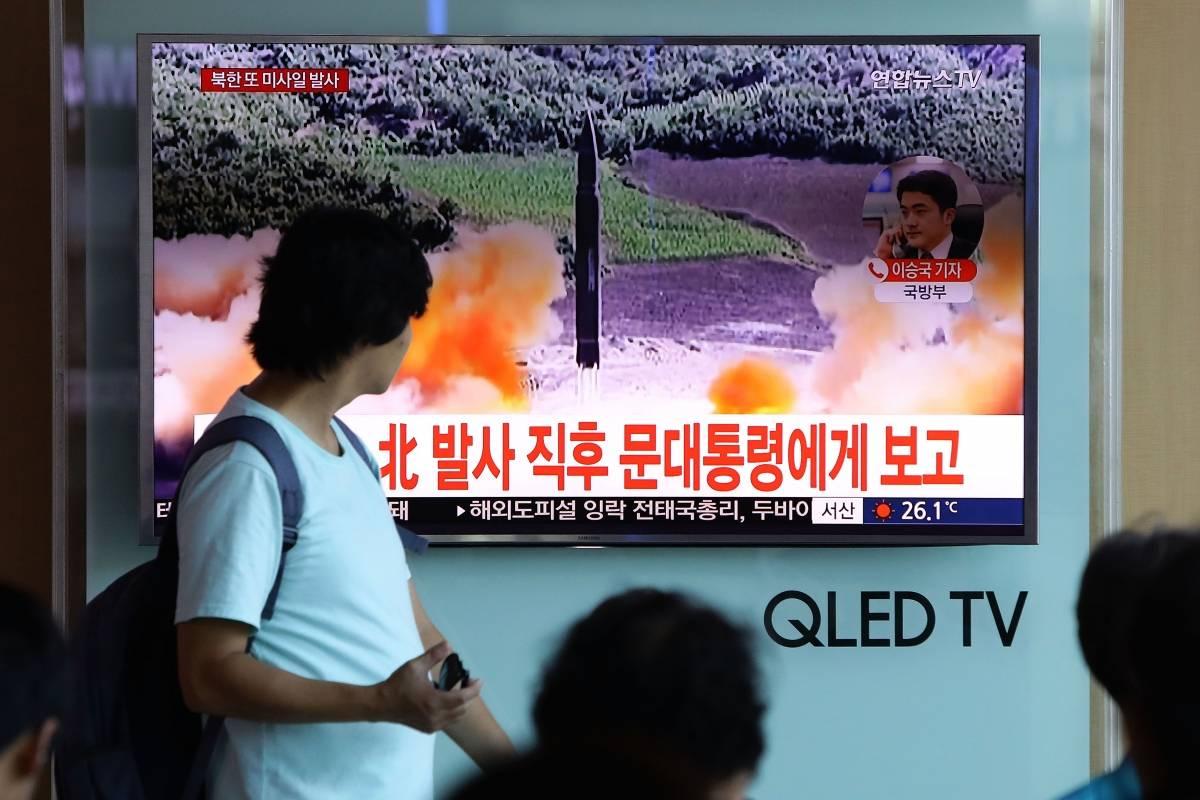 北韓於一周內進行了兩次試射導彈。圖為南韓民眾關注北韓導彈試射新聞報道。(Chung Sung-Jun/Getty Images)
