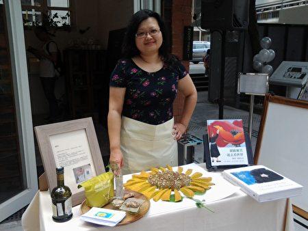 2014年香港電台節目邀請鍾慧沁參加「好想藝術是麵包」,她製作太陽花麵包,同時向2014年太陽花運動及美國藝術家格魯吉亞(Georgia)‧歐姬芙致意。(鍾慧沁提供)