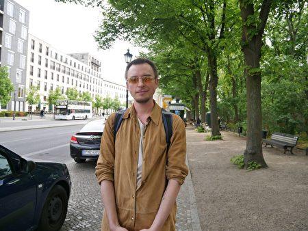 柏林大學生Vincent Strelow表示支持法輪功反迫害。 (大紀元)