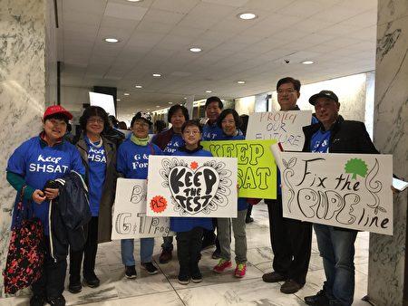 4月30日100多名纽约市华裔家长到州府抗议白思豪关于特殊高中考试的改革方案。