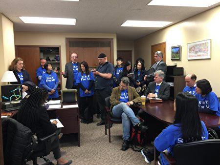 纽约市家长游说组在一个众议员办公室与议员助理交谈。