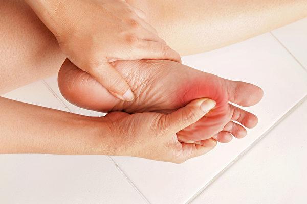 下肢动脉阻塞(脚中风)和足底筋膜炎不要混淆。(Shutterstock)