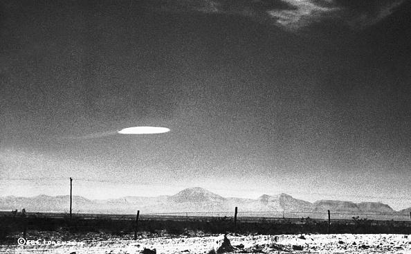 圖為1975年,政府僱員拍到了在新墨西哥州霍洛曼航空發展中心附近徘徊了15分鐘的不明飛行物體(UFO)。(Bettmann/Getty Images)