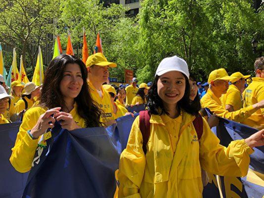正在就讀英國碩士學位的華裔女士Janet Feng(右)首次參加了紐約的法輪功遊行,心情非常激動。(紹燕/大紀元)