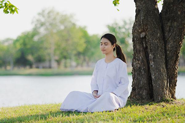 打坐可以让人保持冷静、延长寿命,给人带来的许多益处。(Shutterstock)
