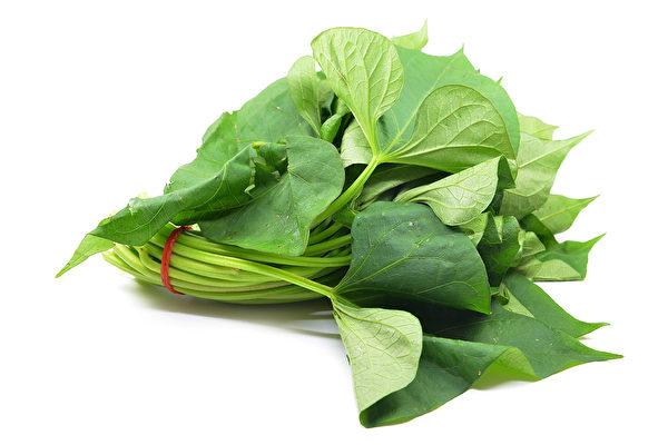 一些食物能幫助你提升肺功能,對預防肺癌有好處。圖為富含維生素A的地瓜葉。(shutterstock)