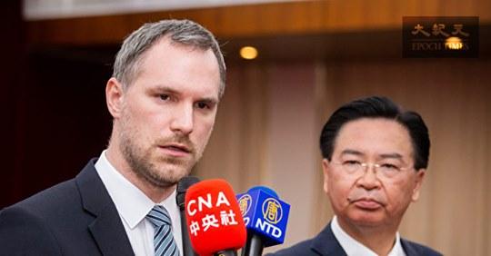 捷克布拉格市長赫瑞普(Zdenek Hrib)(左)對媒體表示,全世界都該強烈回應中共強摘器官問題。右為台灣外交部長吳釗燮。(陳柏州/大紀元)