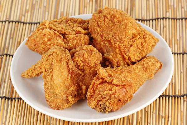 油腻食物有较高的卡路里,长期吃容易引起脂肪肝。(Shutterstock)