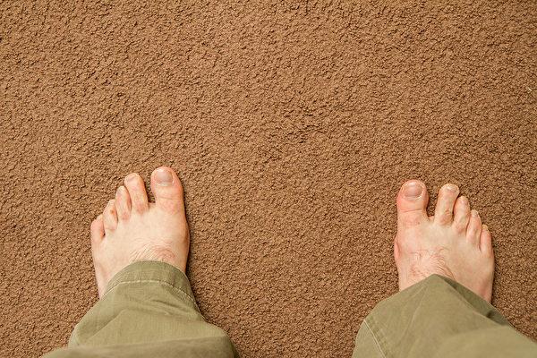 地毯容易积累湿气,要解决地毯湿气与霉菌问题,只有晒干。(Shutterstock)