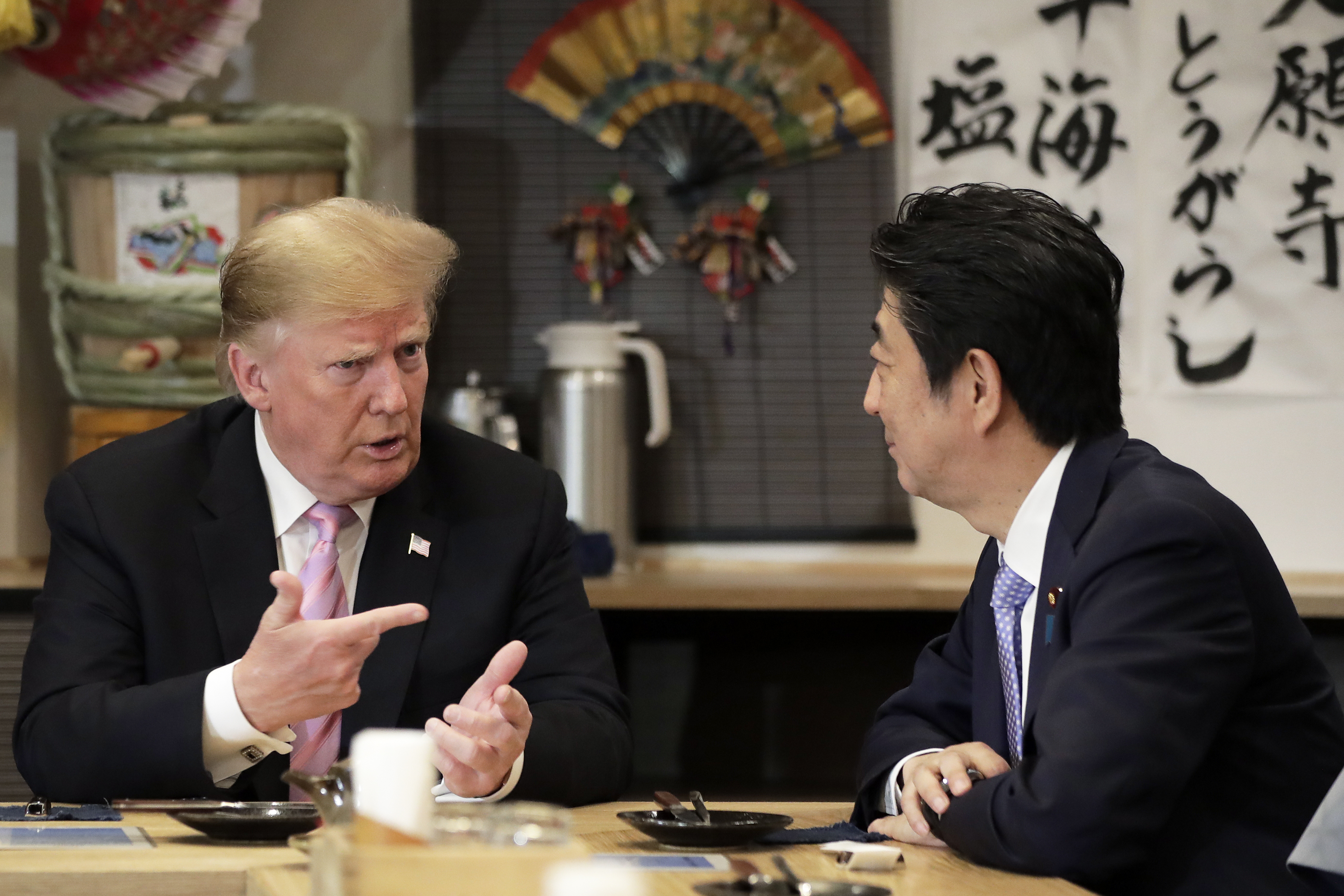 5月25日,美國總統特朗普訪問日本。圖為特朗普與日本安倍首相在交談。(Kiyoshi Ota-Pool/Getty Images)