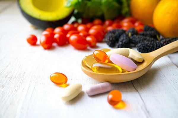 研究表明,通过食物补充维生素能降低死亡风险,而不是维生素补充剂。(Shutterstock)