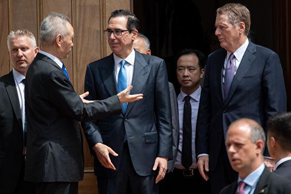 圖為美國貿易代表羅伯特‧萊特希澤(Robert Lighthizer)和財長史蒂芬‧姆欽(Steven Mnuchin)與中共國務院副總理劉鶴5月上旬在美國貿易代表辦公室進行貿易談判。(SAUL LOEB/AFP)