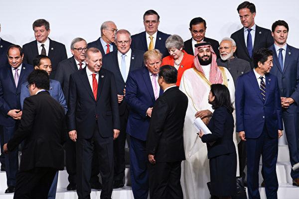 5月底美國總統特朗普與習近平在日本G20峰會期間握手。(Brendan Smialowski/AFP)