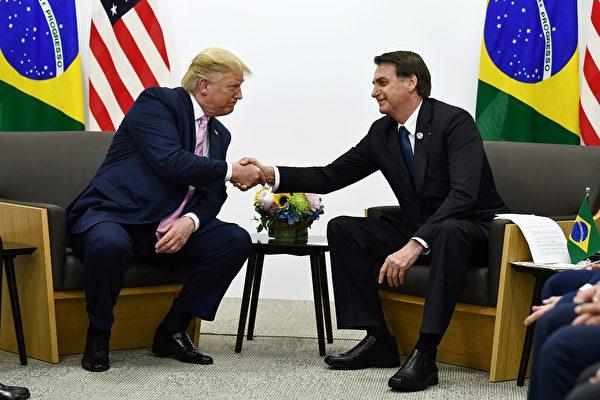 特朗普總統周五與巴西總統會面,談到即將舉行的中美貿易談判。(Brendan Smialowski/AFP)