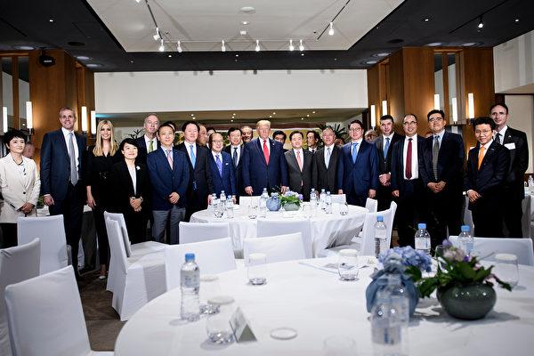 6月30日,特朗普總統向南韓商業領袖發表講話,併合影留念。(Brendan Smialowski / AFP)