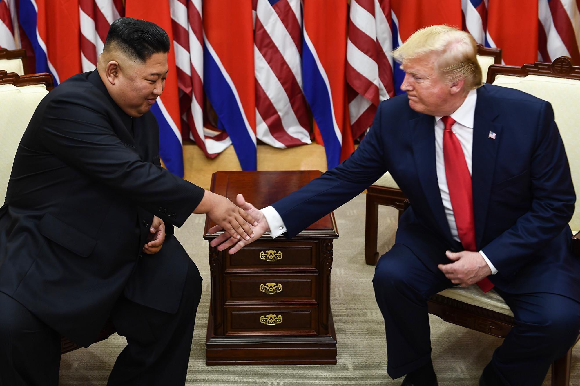 6月30日,在朝韓非軍事區,美朝元首舉行三次會面。(Brendan Smialowski/AFP)