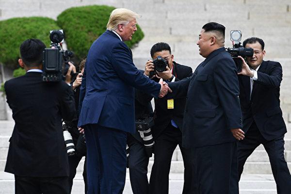 特朗普與金正恩在朝韓非軍事區會面。(Brendan Smialowski/AFP)
