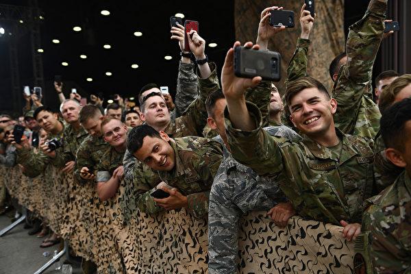 烏山空軍基地的軍人歡迎特朗普總統。(Brendan Smialowski/AFP)