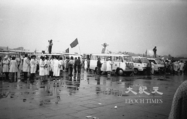 1989年六四前夕北京天安門廣場,自願救援的醫護人員待命。(蔣一平提供)