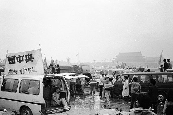 1989年六四前夕北京天安門廣場,救護和救援隊。(蔣一平提供)