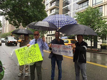 6月13日纽约一些亚裔家长冒雨在市长官邸外抗议取消特殊高中考试计划。家长们轮番演讲。