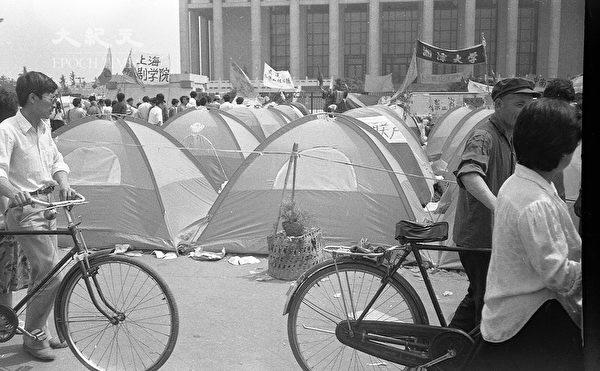 1989年六四前夕北京天安門廣場,香港民眾捐贈的帳篷。(蔣一平提供)