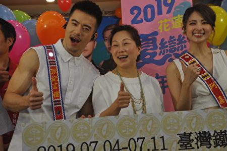 连办12年、第18届的花莲夏恋嘉年华,由艺人JR纪言恺(左)、艺人阿喜(右)担任代言人,连续8天、每晚7时起都有艺人上台演出,县长徐榛蔚(中)还邀请小巨蛋演唱会等级的多组巨星担任压轴。