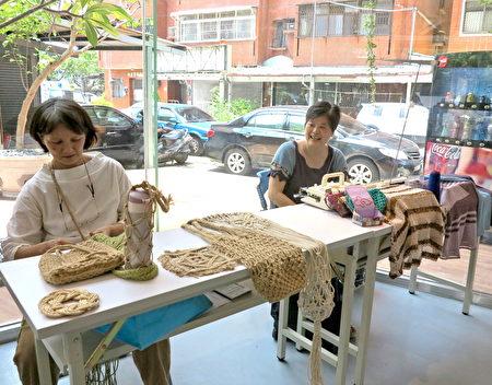 """""""手作创生联盟""""进驻台中旧城,于6月5日正式开张,提供社区民众手作体验课程,包括毛线编织、手编机教学、麻绳编织课程、染皮革小物、拼布。"""