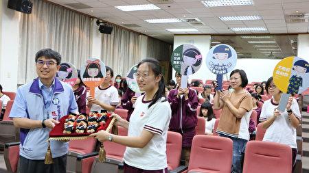 嘉义市政府卫生局局长张耀懋赠送小礼物给在场嘉义女中参加记者会的每一位即将毕业的高三开心女孩。