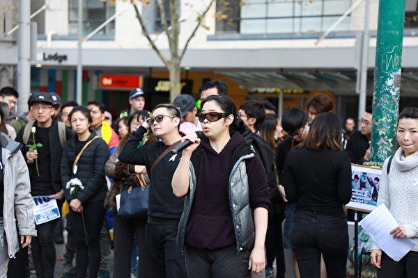 2019年6月16日,千餘名墨爾本市民在市中心州立圖書館前舉行集會,要求港府撤回《引渡條例》修訂案。圖為一名來自香港的澳籍女士發表演說。(Grace/大紀元)