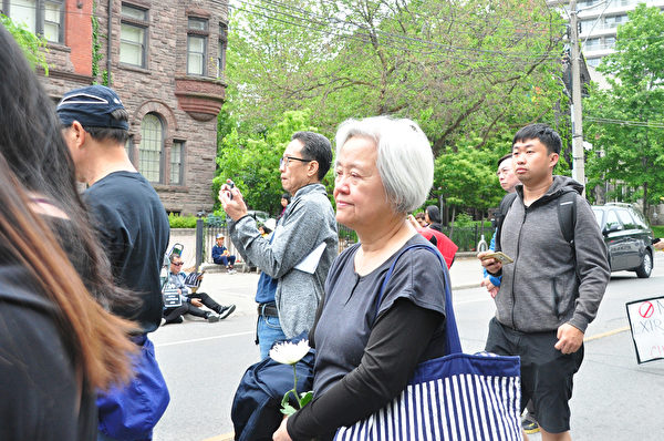 多倫多支持中國民運會會長吳溫溫。(周行/大紀元)
