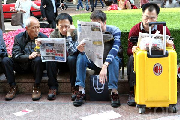 香港新年期間,大陸遊客爭相搶看《大紀元時報》。(潘在殊/大紀元)