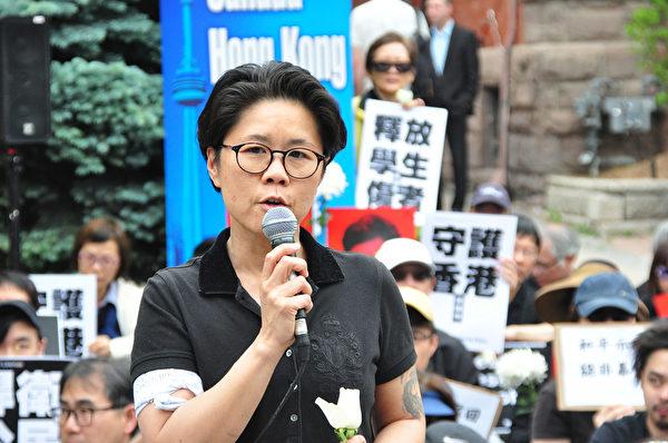 華裔多市議員黃慧文(Kristyn Wong-Tam)在集會上發言。(周行/大紀元)