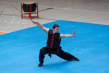 捷克選手Jarosla Kekrt在初賽中表演棍術。(張清颻/大紀元)