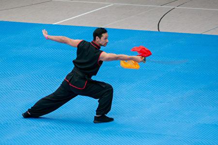 荷蘭選手鄧子健在初賽中表演伏虎單刀。(張清颻/大紀元)