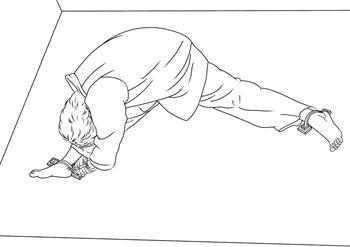 酷刑演示:地錨,此酷刑是中共迫害法輪功學員採用的手段之一。天津法輪功學員李希望曾經被惡警「錨」了十多個小時,直到迫害致死。(網絡圖片)