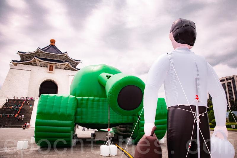 今年為六四屠殺30周年,華人民主書院在中正紀念堂前廣場推出「坦克人」裝置藝術展。(陳柏州/大紀元)