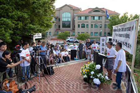 2019年6月1日晚,上百人在華盛頓DC的中共駐美大使館前舉辦「六四」大屠殺30周年燭光紀念會。 (林樂予/大紀元)