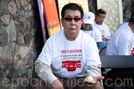 漢藏友好協會副主席拉瑪嘉(Lama Kyap Gazan)手持燭光,悼念六四受難者。(林樂予/大紀元)
