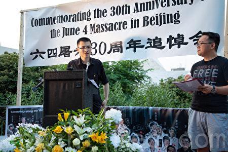 出生於1989年的李海寧表示,站在本應接納和歡迎國民的大使館前,想說的話很多。(林樂予/大紀元)