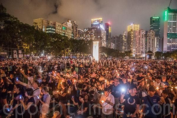 2019年6月4日香港維園舉行六四燭光悼念30周年晚會,支聯會宣佈有18萬人參加,為雨傘運動後最多人參加。(余鋼/大紀元)
