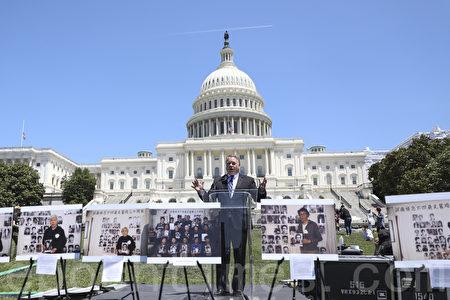 2019年6月4日,國會眾議員史密斯(Chris Smith)在國會山前紀念「六四」三十周年的集會上講話。(Samira Bouaou/大紀元)