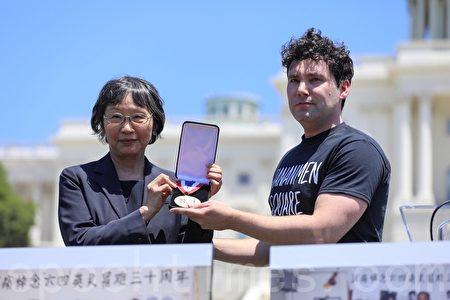 「共產主義受難者基金會」主席史密斯(Merion Smith)向天安門受難者母親群體授予列根自由紀念獎章。(林樂予/大紀元)