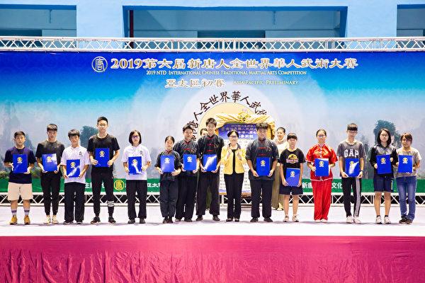 第六屆新唐人「全世界華人武術大賽」亞太區初賽6月8日在台北體育館舉行,本次比賽高手雲集,競爭激烈,最終有123名好手入圍複賽。圖為少年拳術組A組入圍者合照。(陳柏州/大紀元)