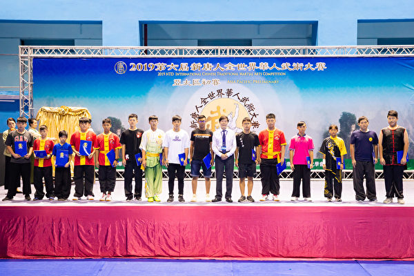 第六屆新唐人「全世界華人武術大賽」亞太區初賽6月8日在台北體育館舉行,本次比賽高手雲集,競爭激烈,最終有123名好手入圍複賽。圖為少年拳術組B組入圍者合照。(陳柏州/大紀元)
