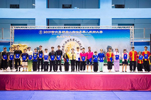 第六屆新唐人「全世界華人武術大賽」亞太區初賽6月8日在台北體育館舉行,本次比賽高手雲集,競爭激烈,最終有123名好手入圍複賽。圖為少年器械組入圍者合照。(陳柏州/大紀元)