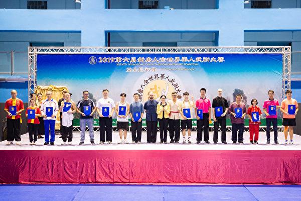 第六屆新唐人「全世界華人武術大賽」亞太區初賽6月8日在台北體育館舉行,本次比賽高手雲集,競爭激烈,最終有123名好手入圍複賽。圖為南方拳術組入圍者合照。(陳柏州/大紀元)