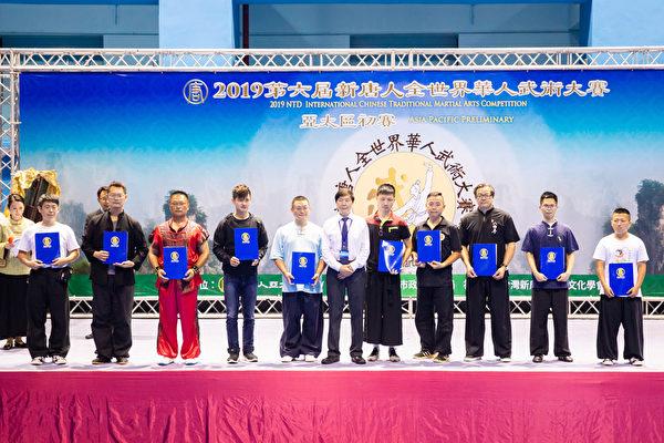 第六屆新唐人「全世界華人武術大賽」亞太區初賽6月8日在台北體育館舉行,本次比賽高手雲集,競爭激烈,最終有123名好手入圍複賽。圖為男子拳術組入圍者合照。(陳柏州/大紀元)