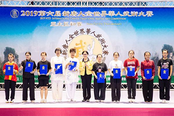 第六屆新唐人「全世界華人武術大賽」亞太區初賽6月8日在台北體育館舉行,本次比賽高手雲集,競爭激烈,最終有123名好手入圍複賽。圖為女子器械組入圍者合照。(陳柏州/大紀元)